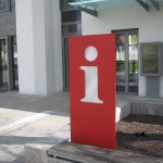 Info-Terminal vor der Tourist Information - Gesamtaufnahme