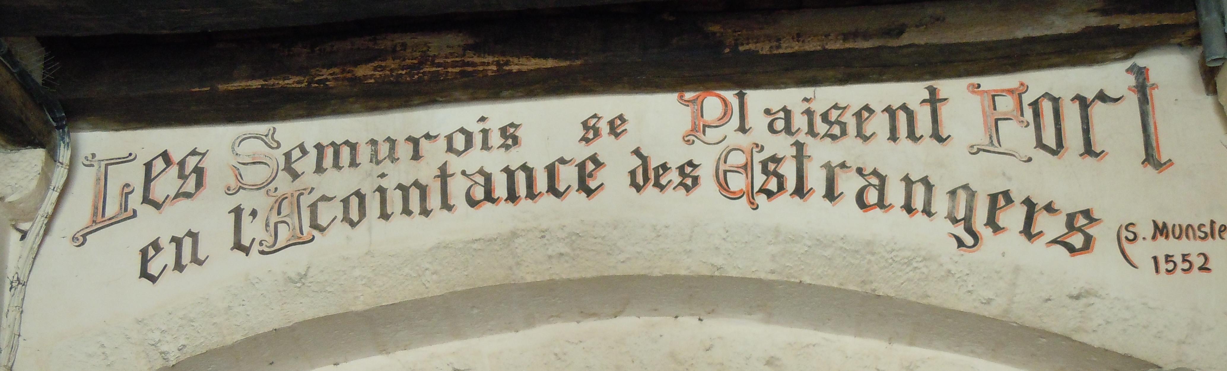 """Schriftzug am Eingangstor zu Semur-en-Auxois im Burgund: """"Die Bürger von Semur schätzen es sehr, die Bekanntschaft von Fremden zu machen"""""""
